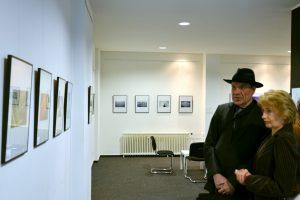 HITCH betrachtet seine Bilder