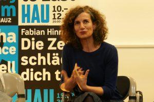 HAU-Intendantin Annemie Vanackere im Gespräch mit Mitgliedern des Kulturforums. Foto: Ulrich Horb